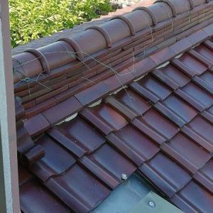 発見 瓦屋根の針金が切れてる
