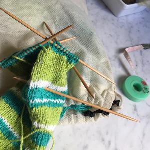 気まぐれしましまソックスを編む(3)忘れる、眠い、スケッチ、おやつ