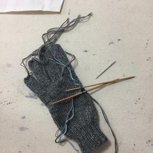 「ハッピー・プランツ」の残り糸で5本指手袋を編む(3)右手ができた