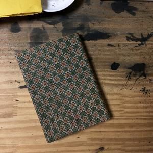 和更紗のカバーをかけた心和む本