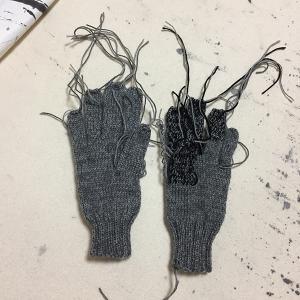 「ハッピー・プランツ」の残り糸で5本指手袋を編む(6)できました!(でも春はもうすぐそこ)