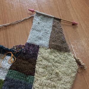 夏に向かうこの季節にウールのカーディガンを編むのか(12)前身頃ができた