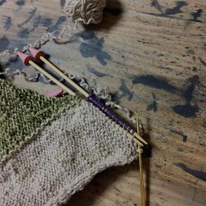 夏に向かうこの季節にウールのカーディガンを編むのか(15)初めての前立て