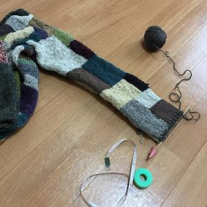 夏に向かうこの季節にウールのカーディガンを編むのか(22)袖口広めだけど