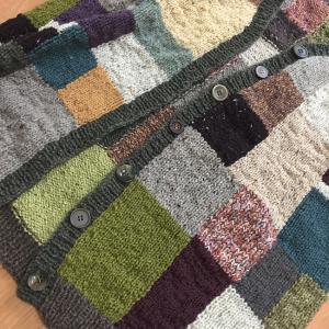夏に向かうこの季節にウールのカーディガンを編むのか(29)穴はまだありません