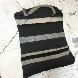 毛糸のパンツをひざ掛けに編み直す(9)頭を休めて手を動かそう
