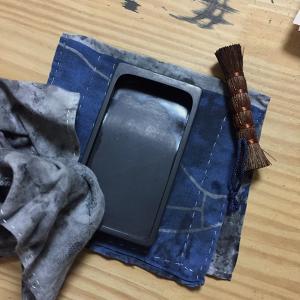 棕梠のブラシで硯を洗う