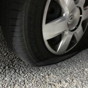 【カングー/タイヤ交換】パンクしたらタイヤの状態を確認。自走持ち込みorスペア交換orロードサービス?