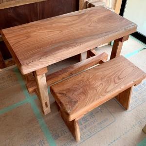 小さな欅のテーブルと椅子をプレゼントしてもらった