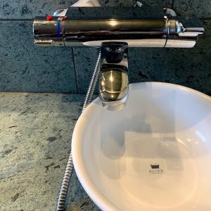洗面器がシャワーホースに押されてしまうので一工夫した