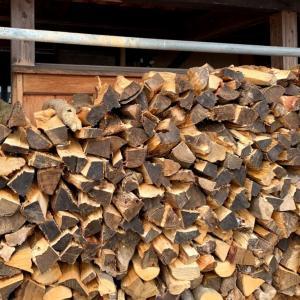 軽~く薪割りをして、薪棚の隙間埋め