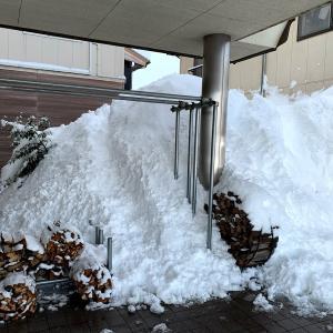 大屋根からの雪で窓ガラスを割られる恐れ