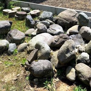 草むしりをしていて40cmの段差にDIYで土留め石を設置したくなった