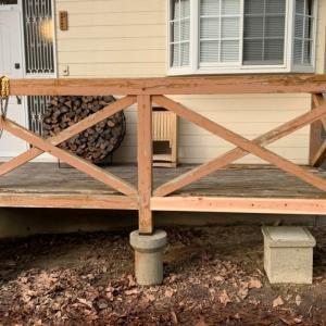 新米大工二人で山荘の欄干修理に取り組んでくれた