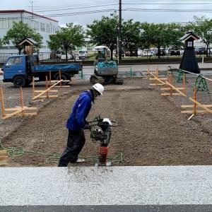 アプローチの石畳工事は下地コンクリートまで完了した