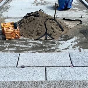 下地コンクリートが固まって石屋さんの石畳工事が始まった