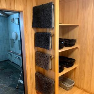 脱衣室にタオルリングとタオル掛け8個の取り付け