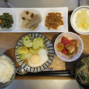 目玉焼き、カレー風味のカリフラワー添え主菜の朝ごはん