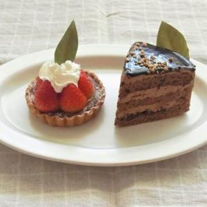 PINEDEの苺のタルトとチョコレートケーキ