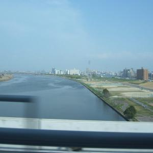 荒川を越えるライナー