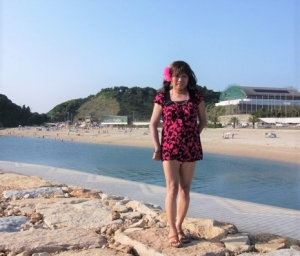 真夏の浜辺で(1) 水着が見えてるサマードレス