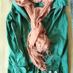 人生の疲れを感じさせない明るい色の服を着ましょう。カーキ色のモッズ風コート。ストールの色で遊びます。