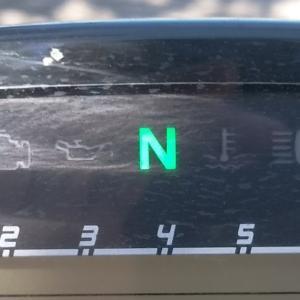 センタースタンドを解除するときは、ニュートラルか、1速かという問題