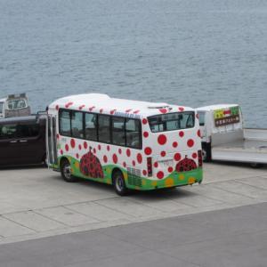 草間彌生さんデザインの水玉模様のバス。