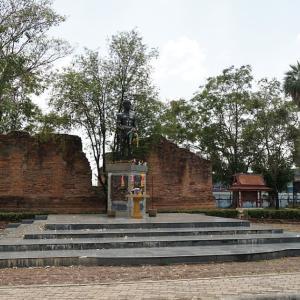 Anusawari Nai Khanom Tom (Nai Khanom Tom Monument) / Ayutthaya