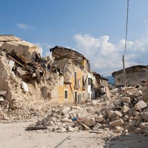 【地震】フィリピン地震、倒壊した建物から男性脱出劇の瞬間捉える!