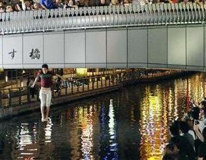 【ニュース】道頓堀で、改元ダイブした男性が、下を通っていた遊覧船と衝突、あわや大惨事に!