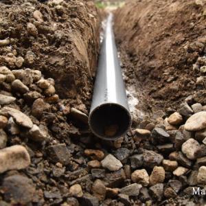 庭の水たまり排水を雨落ちの有孔管まで暗渠で繋いだ