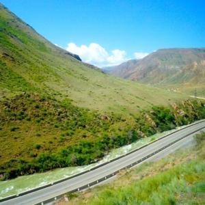 キルギスのレアな激安電車で絶景ショートトリップ