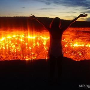 地獄の門で、50年間燃え続ける炎の熱気を感じる!