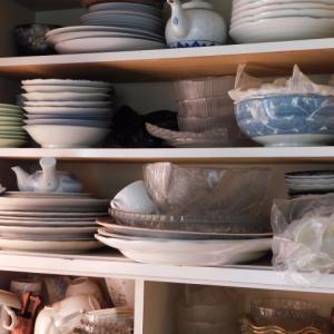 【実家の片付け9】キッチンの食器棚!ものすごい量の食器と格闘。