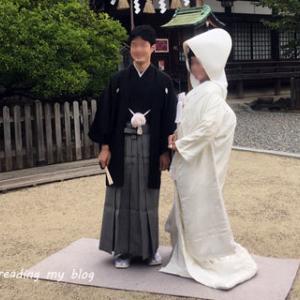 真っ白の綿帽子と紋付袴の晴れ姿を、外国の人々にも祝ってもらいました