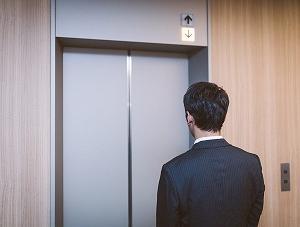 突然、エレベーターが落下 ! その時あなたは、どうしますか?