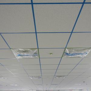 岩綿吸音板塗装グリッド天井のシールは取ります