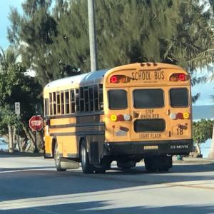 サイパン パトカーとスクールバスの優先順位