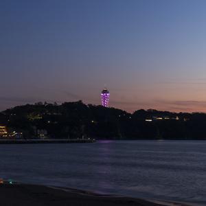 江の島シーキャンドルがピンクにライトアップ
