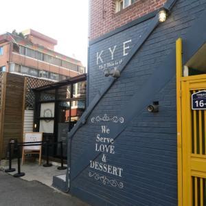 濃厚チーズケーキ☆ネイビーの壁が印象的なカフェ。