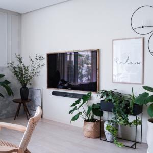簡単DIY!TVに木枠をつけてまるでアートな海外インテリア