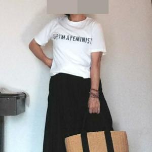 ロゴTをネイビーのスカートでシンプルに着る