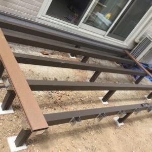 DIYでウッドデッキを組み立て