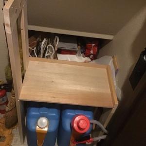 階段下の物置きに棚をDIYで製作して空間を有効活用