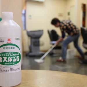 消毒液で床掃除!!