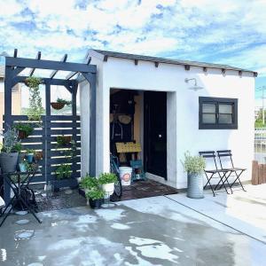 手作り小屋横にパーゴラ一体型のフェンスをDIY。砂利空間に素敵な庭が出現