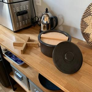鍋にも炊飯にもおひつにも使える小泉誠のambaiは部屋にすっと馴染む鍋