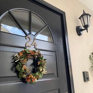 ドアに穴を開けずクリスマスリースを飾る方法。100均ダイソーのフックが優秀