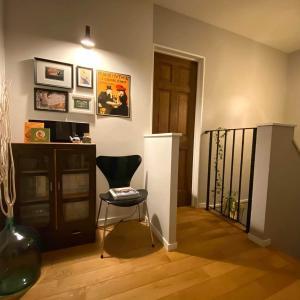 2階の階段ホールの活用法。音楽と本棚で家族をつなぐ楽しい空間へ模様替え